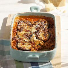 Mamma mia, was für ein Auflauf! Lasagneblätter mit gebratenen Auberginen, Fleischragout ,Béchamelsauce und Käse gefüllt und im Ofen goldbraun überback...