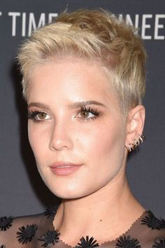 Hairstyles For Sports Halsey Straight Platinum Blonde Pixie Cut Hairstyle Platinum Blonde Pixie, Blonde Pixie Cuts, Short Blonde, Blonde Hair, Ash Blonde, Ombre Hair, Short Cropped Hair, Short Hair Cuts, Short Hair Styles