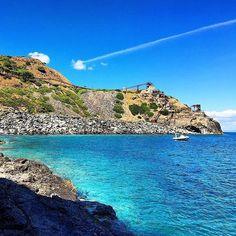 Stamani grazie allo scatto di @niccostef vi facciamo ammirare la miniera di #calamita a #capoliveri ovviamente #isoladelbaapp il tag delle vostre vacanze all'#isoladelba
