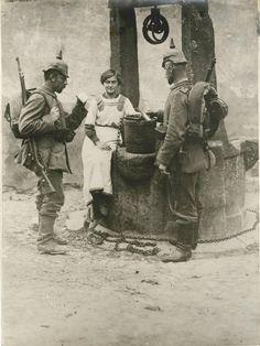 Soldados alemanes en un pozo junto a una joven, Los Vosgos, h. 12914-1918. Ww1 History, Military History, World War One, First World, General Motors, Ww1 Soldiers, German Army, Old Pictures, Wwii