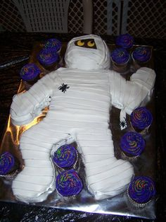 A few days ago I posted THIS mummy cake Like I said, I made it many times but when it came time for a big Halloween party (go HERE t. Halloween Buffet, Halloween Cakes, Halloween Birthday, Scary Halloween, 4th Birthday, Halloween Party Appetizers, Halloween Party Themes, Scary Cakes, Hallowen Ideas