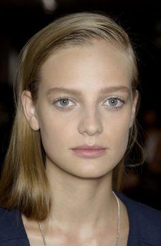 Rag & Bonen kevätnäytöksessä mallien hiukset vedettiin ultratrendikkäästi päätä myöten reippaalle sivujakaukselle.