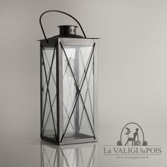 Lanterna grigia in metallo e vetro, ideale per arredare la casa o il giardino.