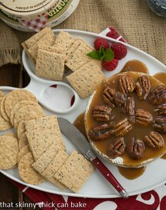 Baked Camembert with Caramel and Pecans by That Skinny Chick Can Bake! Would I love baked Camembert as much as brie? As a matter of fact, I did! Finger Food Appetizers, Easy Appetizer Recipes, Yummy Appetizers, Snack Recipes, Dessert Recipes, Snacks, Desserts, Dinner Recipes, Pecan Recipes