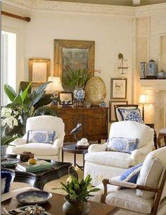 Soggiorno dal fascino antico - Poltrone confortevoli personalizzate con cuscini azzurri e bianchi per arredare un salotto accogliente.