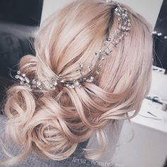 Finding just the right wedding hair for your wedding day is no small task but were about to make things a little bit easier.From soft and romantic to classic with modern twist these romantic wedding hairstyles with gorgeous details will inspire you Bridal Hair Half Up, Wedding Hairstyles Half Up Half Down, Bridal Hair Updo, Wedding Hair And Makeup, Hairstyle Wedding, Romantic Wedding Hair, Medium Long Hair, Bride Hairstyles, Updo Hairstyle