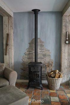 Esatto by Ravensbergen: We zijn er weer....en gaan lekker binnenkijken! Wood Stove Wall, Wood Burner Fireplace, Corner Gas Fireplace, Fireplace Design, Wood Stove Surround, Modern Floor Paint, Hobbit House Interior, Hearth, Home Remodeling