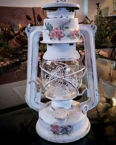 Old lantern Decoupage Jars, Decoupage Vintage, Old Lanterns, Lanterns Decor, Miniatur Motor, Diy Tea Bags, Aluminum Can Crafts, Diy Crafts For Home Decor, Metal Art Projects