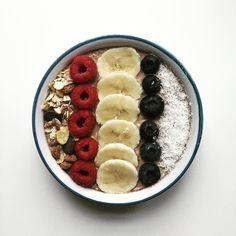Antioxydants fibres vitamine C les fruits rouges sont des BOMBES (consommées fraîches et bio si possible)! Et tellement délicieuses avec un bol d'avoine je ne m'en lasserai jamais  Bon mois de mars a tous  bientôt l'été!  Oats and Berries perfect kind of morning…