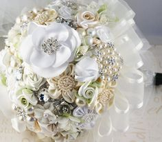 So this is what I do with my costume jewelry? Too much bling, but beautiful look.   Tutorial : Bouquet de mariage à base de broches | Tout pour mon mariage