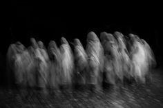 MUJERES INVISIBLES Las viudas de Vrindavan. Indiason una comunidad marginada, invisible a los ojos del resto del mundo. Sin derechos y repudiadas por familiares y sociedad, se refugian en la ciudad de Vrindavan para intentar sobrevivir.