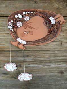 Sluníčko s mráčky Ručně vyráběná závěsná dekorace, co kus to jedinečný originál. Barevné provedení červenice Průměr 18 cm K zavěšení na zeď je v kachli zapracován nerezový drát. Clay Art Projects, Ceramics Projects, Clay Crafts, Pottery Sculpture, Wall Sculptures, Ceramic Wall Art, Ceramic Pottery, Pottery Angels, Glass Bottle Crafts