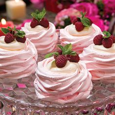 Pavlova with white chocolate Mousse Fancy Desserts, Just Desserts, Delicious Desserts, Dessert Recipes, Yummy Food, Swiss Desserts, Passover Desserts, Gourmet Desserts, Easter Recipes