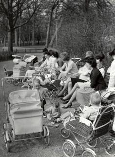 Jac. de Nijs | Lente. Moeders, kinderen, kinderwagens en wandelwagens in het Vondelpark.  Amsterdam, [april] 1963.