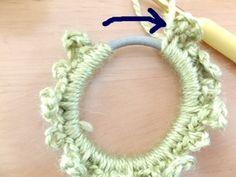 寄せると、またゴムが見えるので、続けて編みます。 Crochet Hairband, Crochet Earrings, Dream Catcher Boho, Crochet Hair Styles, Scrunchies, Lana, Headbands, Handmade, Hair Bands