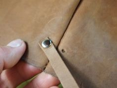 Leather Tote - DIY: 7 Steps (with Pictures) Diy Leather Tote, Leather Store, Sewing Leather, Diy Tote Bag, Leather Working, Hand Sewing, Purses, Ideas, Tuto Sac
