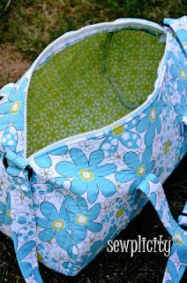 Sewplicity: TUTORIAL: Quilted Duffle Bag ::: I'm not loving the way the zipper is placed . I'm thinking you can do it like you would a pouch and hide the edge of the zipper in-between the lining and the outer fabric. Duffle Bag Patterns, Purse Patterns, Sewing Patterns, Quilting Patterns, Sewing Tutorials, Sewing Projects, Diy Projects, Bag Sewing, Free Sewing