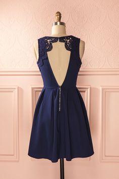 La romance est au rendez-vous lorsque la petite robe marine est fièrement portée. Romance is waiting for you when the little navy dress is proudly worn.