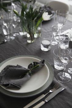 TABLE IN GREY AND GREEN. I vasene hadde jeg hvite tulipaner, furugrener og grener av eucalyptus (kun frøkapslene sitter på eucalyptusen, de er så dekorative og fine!) | Elisabeth Heier