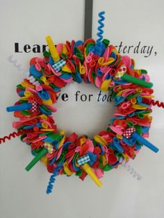 Ballonnenkrans - rieten krans van de action, 240 ballonnen, spelden, toeters of wat je maar wilt. Crafts For Kids, Arts And Crafts, Diy Crafts, Diy Wreath, Wreaths, Workshop, Birthdays, Happy Birthday, School