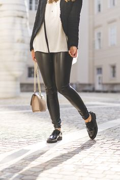 Outfit-Tipp: Black and White! Modische Paul Green Schnürschuhe veredeln den Look! Zu finden unter: paul-green.com #paulgreen #blackandwhite #citylook Outfits Tipps, Pumps, Leather Pants, Sporty, Photo And Video, My Style, Women's Shoes, Shopping, Clothes