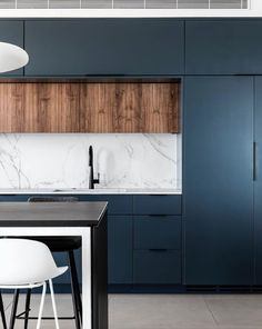 What colors would you use for a design? Design firm Inner Story Design incorporates deep dusty blue and Dekton Aura for this kitchen. Blue Kitchen Designs, Kitchen Room Design, Modern Kitchen Design, Home Decor Kitchen, Interior Design Kitchen, Home Design, Home Kitchens, Design Design, Modern Design