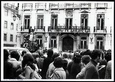 25 de Abril de 1974, Lisboa, Portugal  Concentração no Largo Camões. Fotógrafo: Estúdio Horácio Novais. Data da fotografia original: 25 de Abril de 1974.