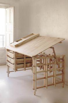 mesa de dibujo técnico hecha enteramente con madera. El tono de la madera da una sensación de tranquilidad que se acomoda a cualquier ambiente. El diseño rústico de los laterales de la mesa realzaria un diseño de interiores de estilo nórdico o minimalista.