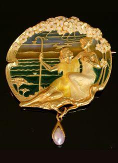 An Art Nouveau 'Daphnis and Chloe' brooch/pendant, French, 1890-1900s. Plique-à-jour enamel, natural pearl and 18K gold.