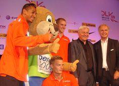 Außenminister Frank-Walter Steinmeier mit Berlino, dem Maskottchen der Leichtathletik-WM. Foto: Ehrle.