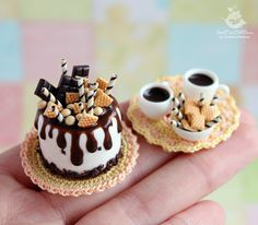 Coffee set miniature food for Dollhouse and dolls. Polymer Clay Cake, Polymer Clay Kawaii, Polymer Clay Miniatures, Tiny Food, Fake Food, Miniature Crafts, Miniature Food, Biscuit, Cute Clay