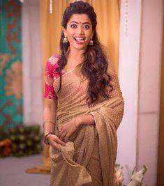 Beautiful Girl Photo, Beautiful Girl Indian, Most Beautiful Indian Actress, Beautiful Saree, Saree Hairstyles, Saree Poses, Designer Silk Sarees, Saree Look, Stylish Girl Images