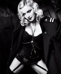 Comandante! Casaco vintage da Dior com sutiã Stella McCartney, corset Agent Provocateur e calcinha La Perla