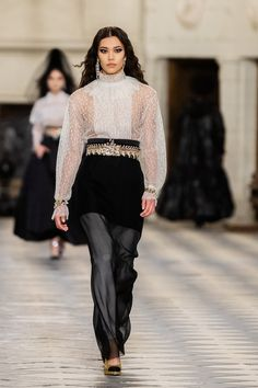 Chanel Pre-Fall 2021 Fashion Show Collection: See the complete Chanel Pre-Fall 2021 collection. Look 65 Fashion Week, Fashion 2020, Fashion Photo, Winter Fashion, Fashion Trends, Runway Fashion, High Fashion, Women's Fashion, Vogue Paris