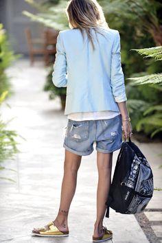 Bermuda jeans boyfriend, blazer azul clarinho, mochila nas mãos e Birken nos pés. Elegancia, esportividade, conforto e look casual. Tudo junto ao mesmo tempo agora.