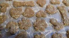 Facili facili!!! Buoni buoni!!! Biscottini per i cani!!!! Ingredienti: una mela grattugiata, 1 cucchiaio di miele, 2 cucchiai di olio vegetale ( ho usato l'olio di soia) ,, 1 uovo, un po di succo di limone ( 2-3 gocce) , 250 gr di farina integrale. Mescolare tutto bene. Ritagliare le formine a piacimento. E infornare per 30-40 min nel forno preriscaldato a 180° (forno ventilato 160°)