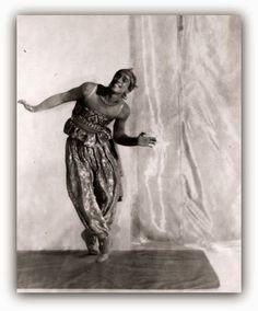 Nijinsky em Scheherazade   http://sergiozeiger.tumblr.com/post/96399518448/o-barao-adolf-gayne-de-meyer-nascido-em-1-de  Nascido em 1 de setembro 1868 , no 16 º arrondissement de Paris 1 e falecido no dia 6 de janeiro 1946 em Los Angeles na Califórnia o Barão Adolf Gayne de Meyer foi um fotógrafo de origem alemã.