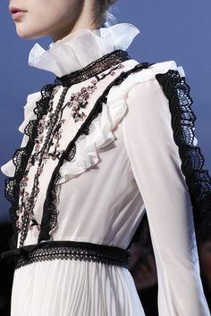 Giambattista Valli Fall 2016 Ready-to-Wear Fashion Show Details
