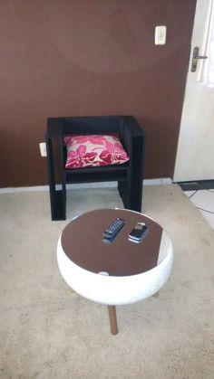 Mesa de centro com pneu e espelho 100% reciclados e poltrona de Pallet fabricado por Paulinho Pallet.