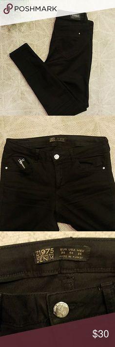 Zara Black Skinny Jeans Material has stretch to it. Cute zipper detail on pocket. Zara Pants