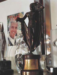 e51f2cb720c4 En 1970, Ralph Lauren remporte son premier Coty Award. Il est élu par des