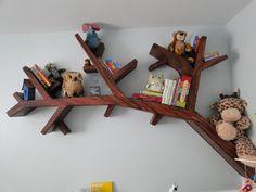 Que tal fazer prateleiras para o quarto das crianças que lembram galhos de árvores e colocar os bichinhos preferidos delas aqui?