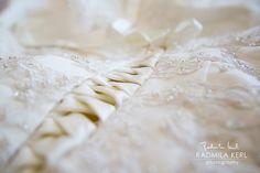 nice detail photography of wedding dress lacing by © radmila kerl photography munich Schöne Detailaufnahme einer Hochzeitskleid-Schnürung