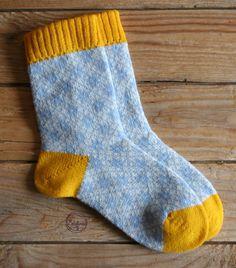 Diese Socken sind aus reiner Wolle auf einem Handstrickapparat gestrickt.  An der Fußinnenseite läuft eine Naht.  Gr.39/40 _Stricksockenlänge_ (Ferse bis Spitze): ca. 24,5 cm  _Bundumfang:_...