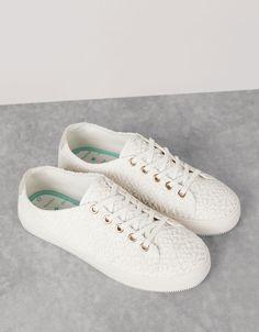 BSK lace-up fabric sneakers. Bununla beraber her hafta Bershka'da yeni ürünleri keşfedin