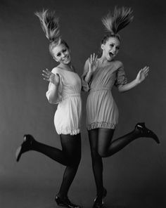 Мэри-Кейт Олсен (Mary-Kate Olsen) и Эшли Олсен (Ashley Olsen) в фотосессии Пегги Сирота (Peggy Sirota) для журнала Vanity Fair (2002), фотография 3