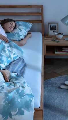 Mit ein paar kleinen Tricks kann man die Schlafqualität positiv beeinflussen. Jetzt entdecken und endlich wieder durchschlafen! Tricks, Toddler Bed, Furniture, Home Decor, Couple, Nice Asses, Child Bed, Decoration Home, Room Decor