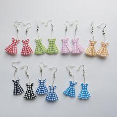 Ces boucles d'oreilles très légères sont réalisées avec un papier japonais selon un pliage origami. Elles représentent des petites robes à pois...