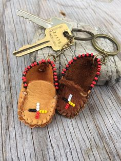 Keychain moccasins deertan leather or brown moose leather. Native Beadwork, Native American Beadwork, Native American Jewelry, Beaded Jewelry Patterns, Beading Patterns, Key Fobs, Key Chain, Bead Keychain, Indian Shoes