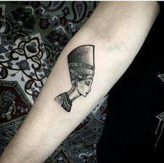 The regal Queen Nefertiti. Tattoo by Hannah Pixie Sykes. Dream Tattoos, Boy Tattoos, Body Art Tattoos, Sleeve Tattoos, Tattoos For Guys, Tattoos For Women, Tatoos, Nefertiti Tattoo, Ankh Tattoo